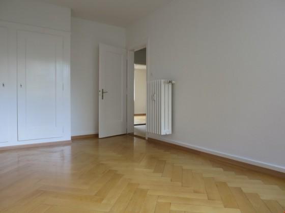 Sonniges Zimmer mit Wandschrank ...
