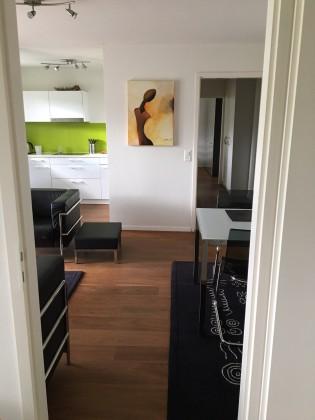 Schönes Wohnzimmer mit offener Küche und tollem Parkett