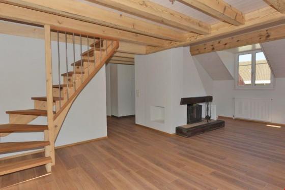 Grosses Wohnzimmer mit Cheminée