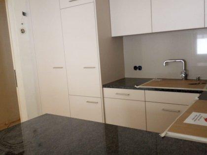 Moderne Küche mit Granitabdeckung und angrenzendem Essbereich