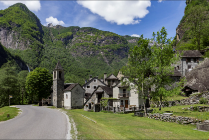 Paese con castata in fondo - Dorf mit Wasserfall im Hintergrund
