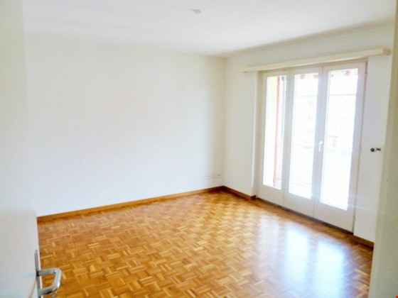 Lichtdurchflutetes Wohnzimmer mit wunderschönem Eichenparkett