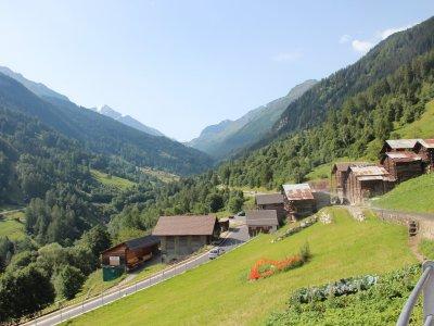 Blick vom Platz ins Val d`Herence mit Staumauer Grand Dixence