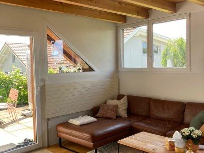 Wohnzimmer mit Balkontüre zur Terrasse