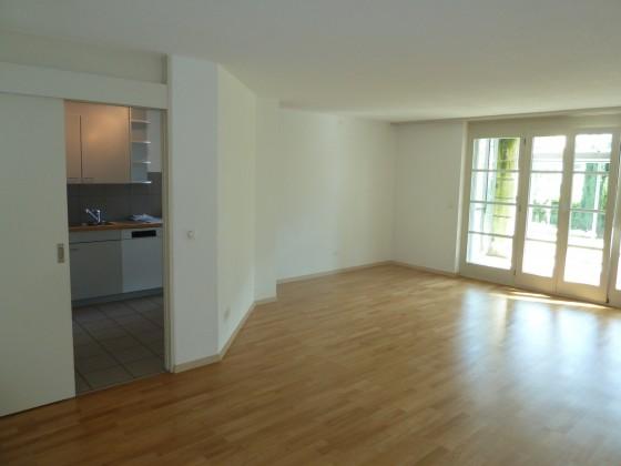Wohnzimmer mit Blick Richtung Küche und Wintergarten