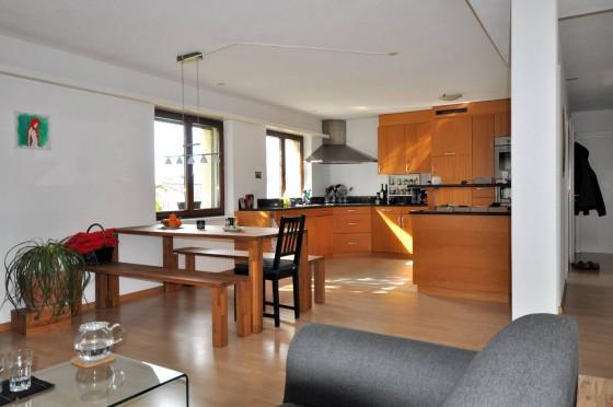Teil vom Wohn-/Esszimmer mit Blick zur Küche