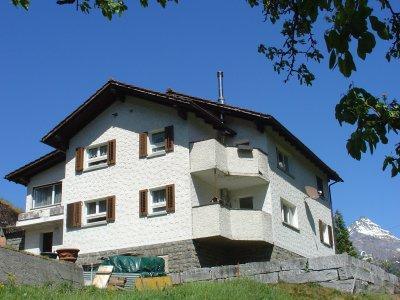 Das Zweifamilienhaus aus südwestlicher Ansicht mit der 4 1/2 - Zimmer-Maisonette-Wohnung im 2. OG