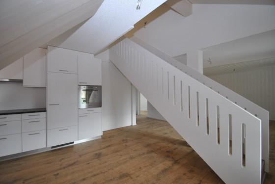 Esszimmer mit Küche und Treppe ins Dachgeschoss