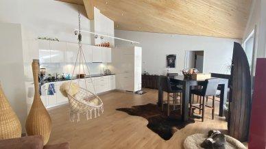 Unglaubliches Ambiente mit den hohen Räumen und Holzbalken sowie der modernen offenen Küche
