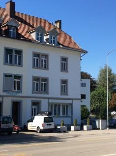 Schönes Haus, toll eingebettet in die Nachbarschaft, sogar mit Bächlein