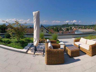 Diese einmalige Aussicht auf das Seeland bietet Ihnen diese ruhige und sehr sonnige Attika-Wohnung.