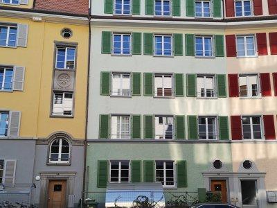 strassenseitiger Eingang: es ist das «eingeklemmte», grüne Haus; im Dachbereich befindet sich die Loft-Wohnung