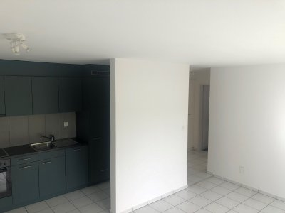 Sehr sonniges, helles Wohnzimmer mit offener Küche